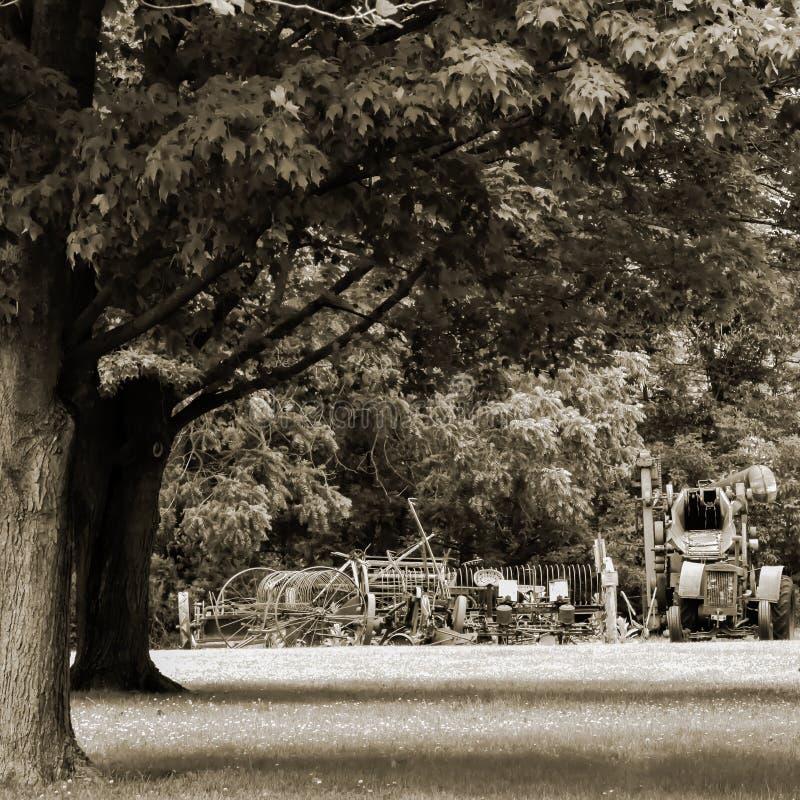 Equipamento de cultivo pioneiro velho da vila foto de stock royalty free
