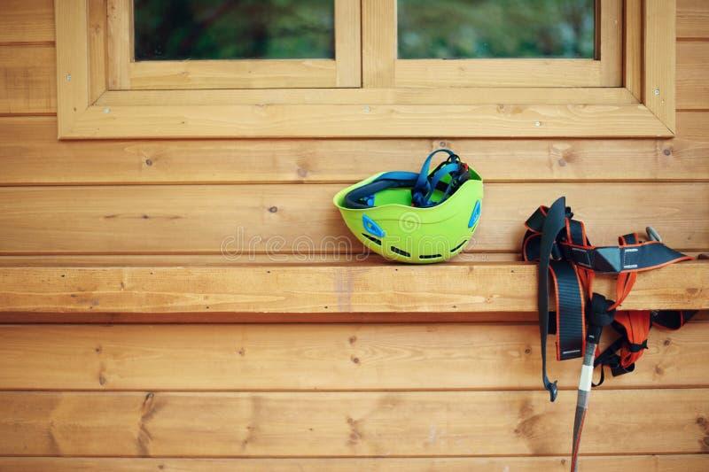 Equipamento de escalada da engrenagem - linha equipamento do fecho de correr do chicote de fios do capacete de seguran?a fotografia de stock