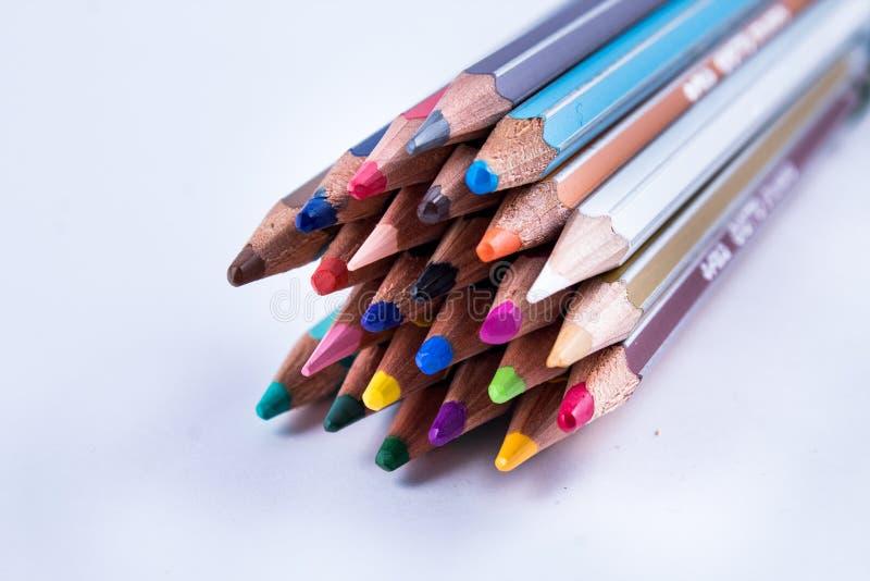 Equipamento de escola: lápis coloridos em um grupo apertado; todas as cores fotografia de stock royalty free