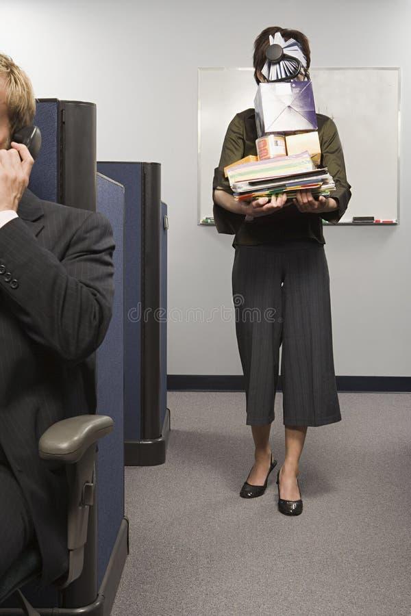 Equipamento de escritório levando da mulher fotografia de stock royalty free