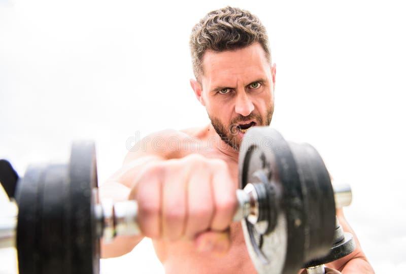 Equipamento de esporte Seis blocos perfeito Homem muscular que exercita com barbell Corpo atl?tico Gym do peso Sa?de da aptid?o imagem de stock