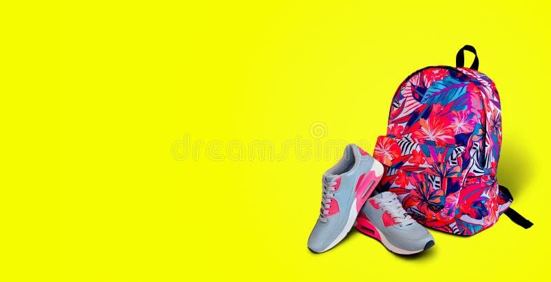 Equipamento de esportes Fundo do amarelo da trouxa das sapatilhas Conceito a fotos de stock royalty free