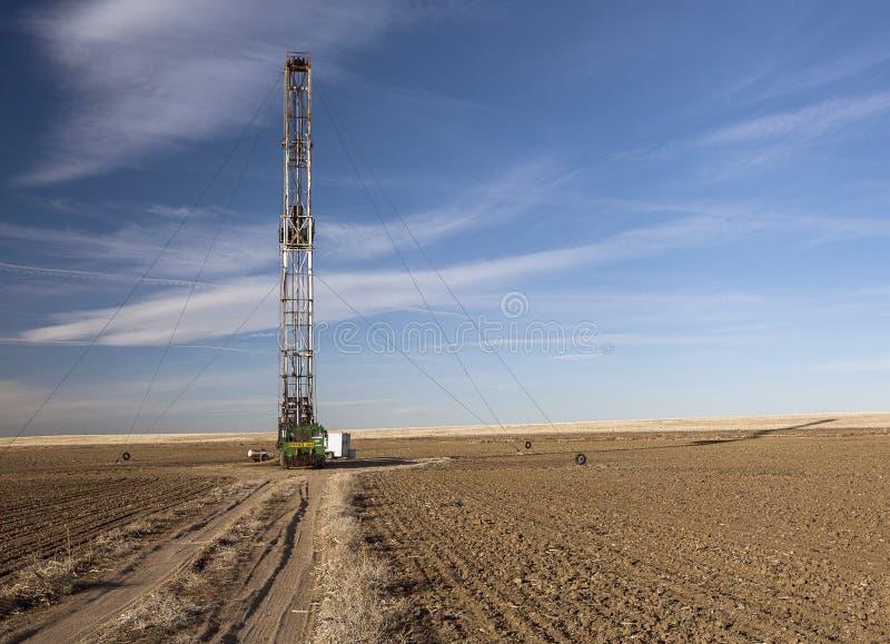 Equipamento de Fracking em um campo de exploração agrícola de Colorado imagem de stock royalty free