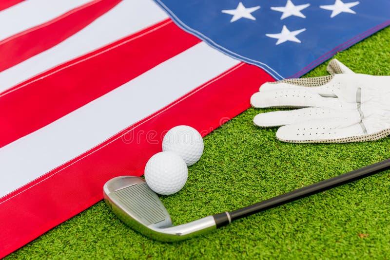 Equipamento de golfe e uma bandeira americana foto de stock royalty free
