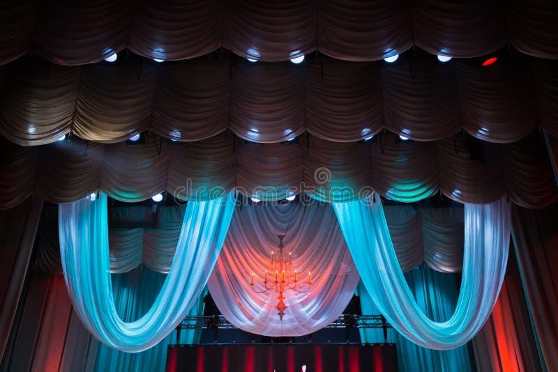 Equipamento de iluminação e cenário no teatro na fase fotografia de stock royalty free