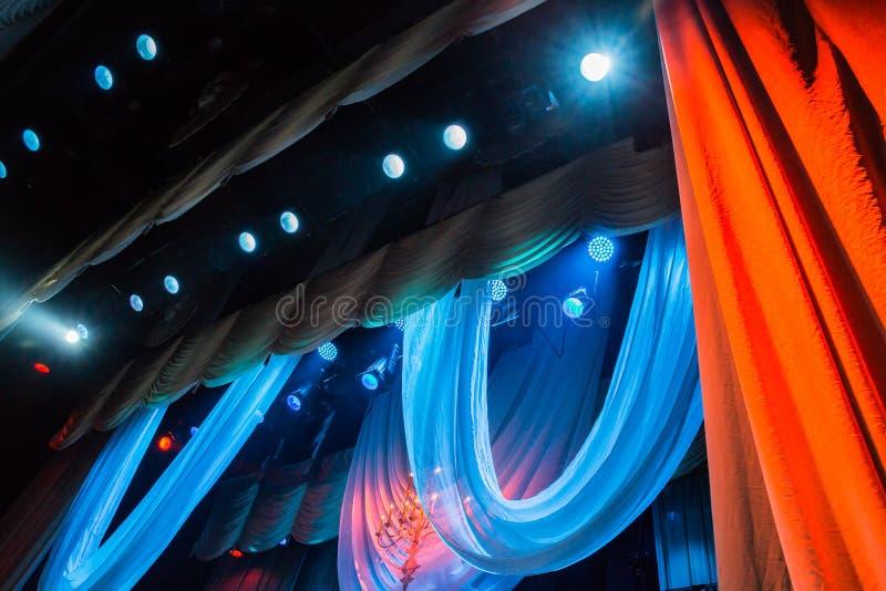 Equipamento de iluminação e cenário no teatro na fase imagens de stock royalty free