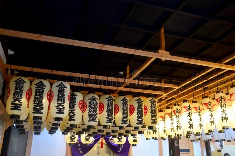 Equipamento de iluminação tradicional da lanterna ou da lâmpada no templo de Hozenji imagens de stock royalty free