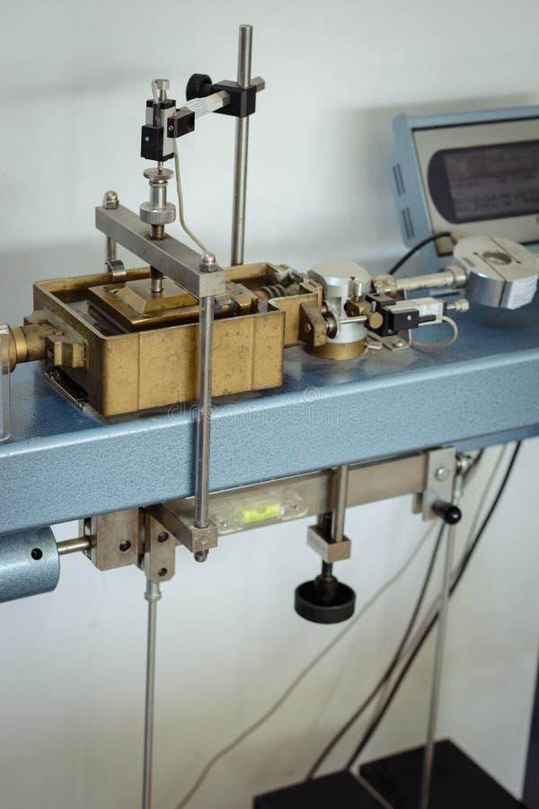 Equipamento de laboratório para a engenharia geotécnical que executa um teste direto da tesoura foto de stock royalty free