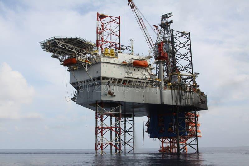 Equipamento de perfuração no mar imagens de stock royalty free
