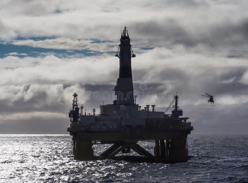 Equipamento de perfuração a pouca distância do mar no Golfo do México, setor petroleiro, com helicóptero imagem de stock royalty free