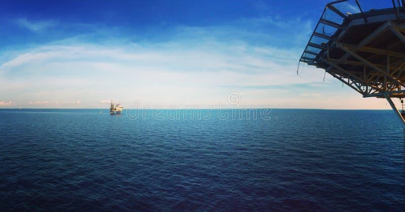 Equipamento de perfuração a pouca distância do mar do panorama no oceano imagens de stock