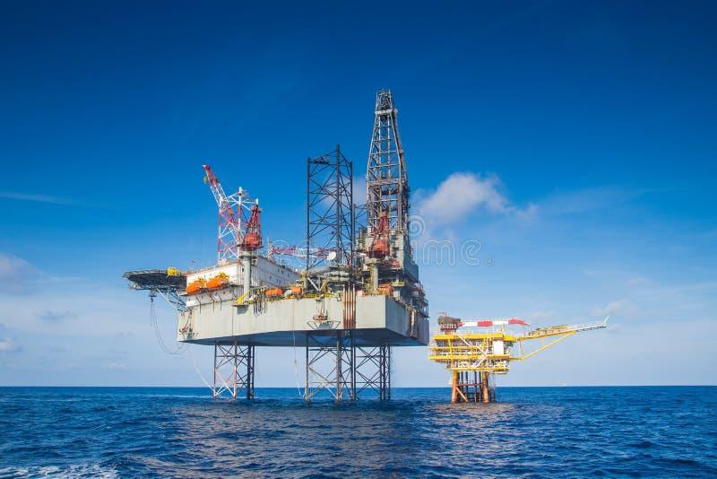 Equipamento de perfuração a pouca distância do mar do petróleo e gás no Golfo da Tailândia quando gás da conclusão e reservatório fotos de stock