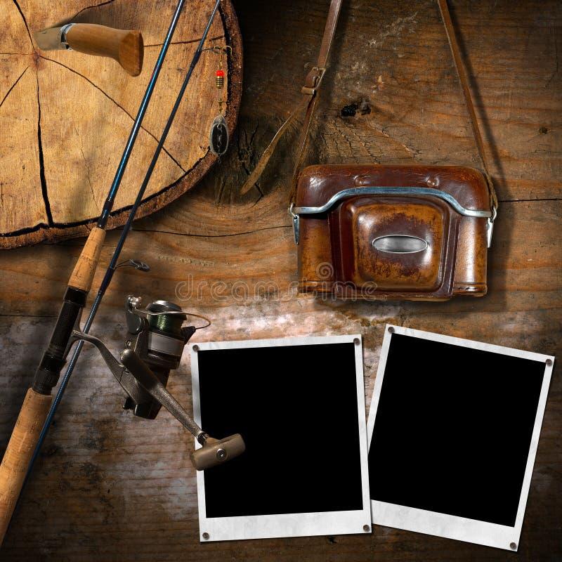 Equipamento de pesca e câmera velha do vintage foto de stock