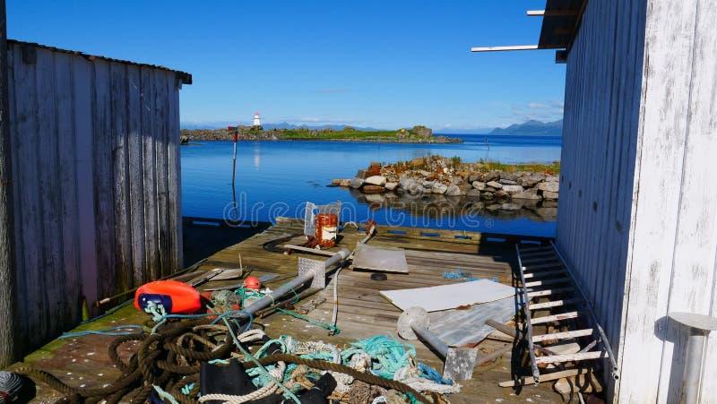 Equipamento de pesca portuário velho no cais, Hovsund Noruega fotos de stock