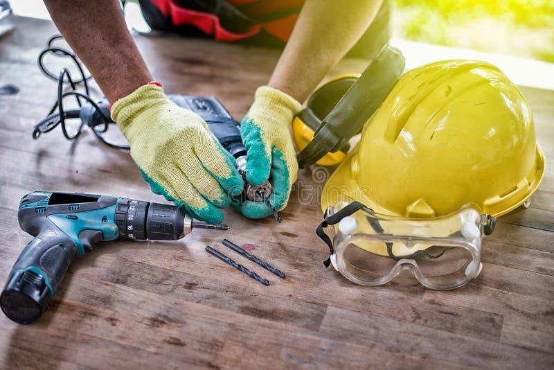 Equipamento de segurança padrão da construção e posto um dril imagem de stock royalty free