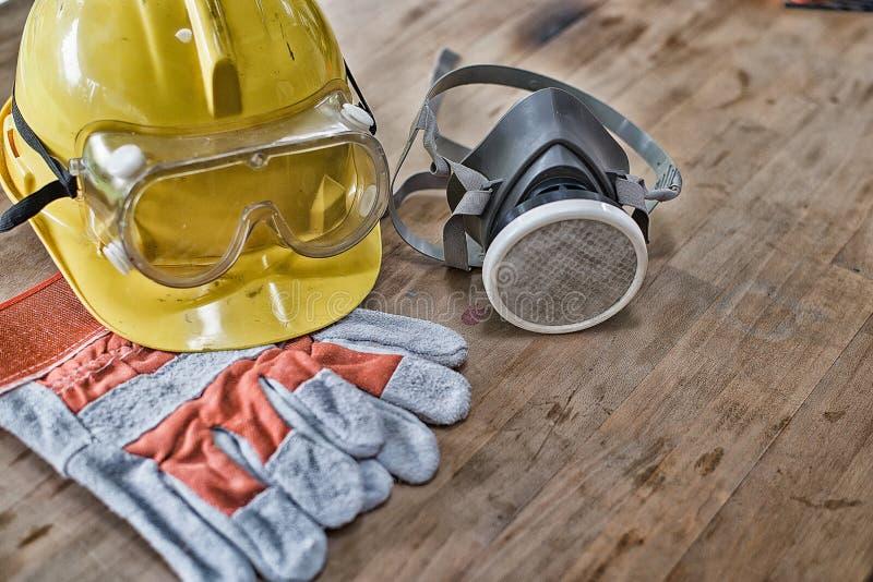 Equipamento de segurança padrão da construção na tabela de madeira Vista superior foto de stock royalty free