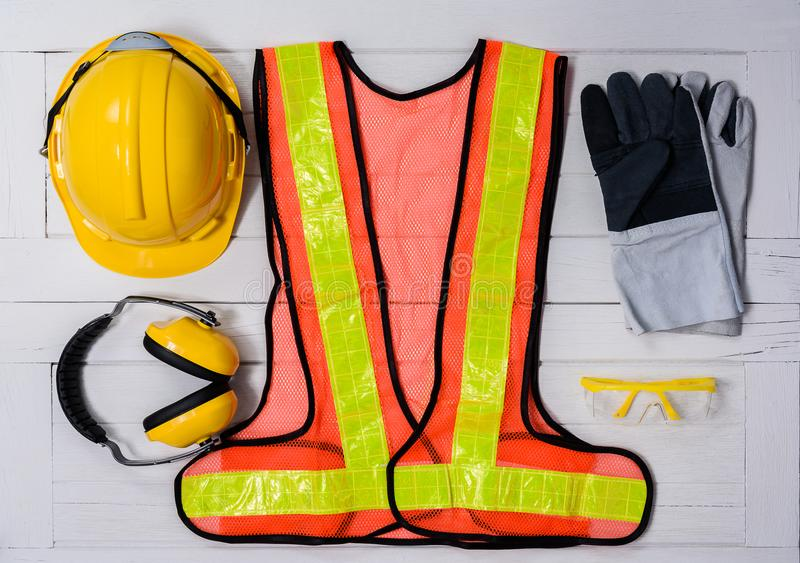 Equipamento de segurança padrão da construção na tabela de madeira Vista superior fotos de stock royalty free