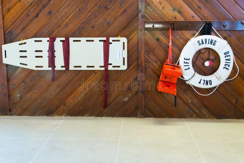 Equipamento de segurança salva-vidas da piscina imagem de stock