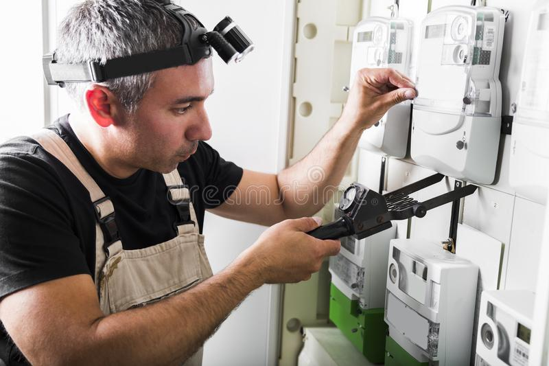 Equipamento de testes do eletricista no fim da caixa de interruptor do fusível acima fotos de stock royalty free