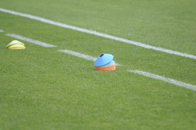 Equipamento de treino do campo de futebol do futebol imagem de stock