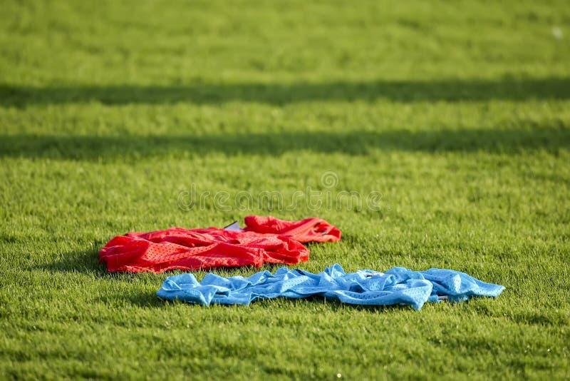 Equipamento de treino do futebol (futebol) no campo verde do s imagens de stock