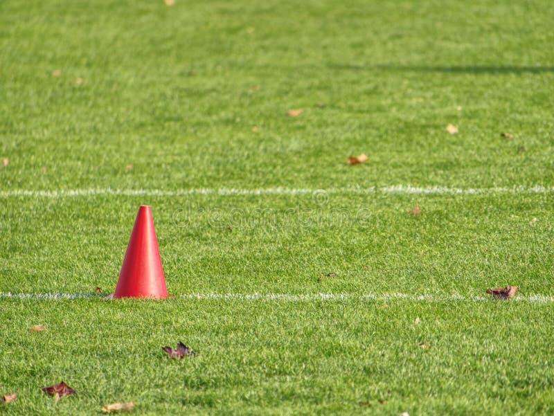 Equipamento de treino no campo verde do estádio imagem de stock