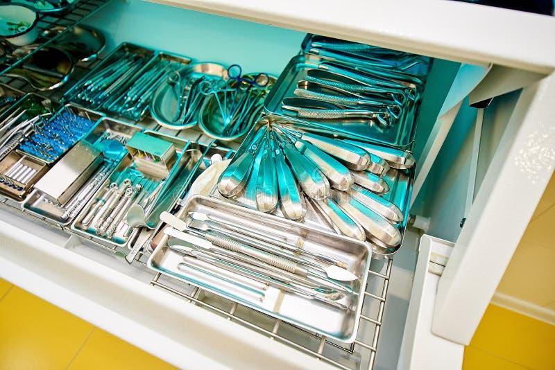 Equipamento dental, odontologia, dispositivos médicos para o tratamento e restauração dos dentes fotografia de stock royalty free