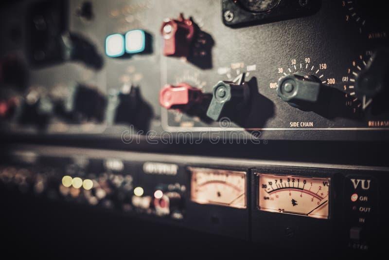 Equipamento do amplificador do close-up com slideres e botões no estúdio de gravação do boutique fotografia de stock royalty free