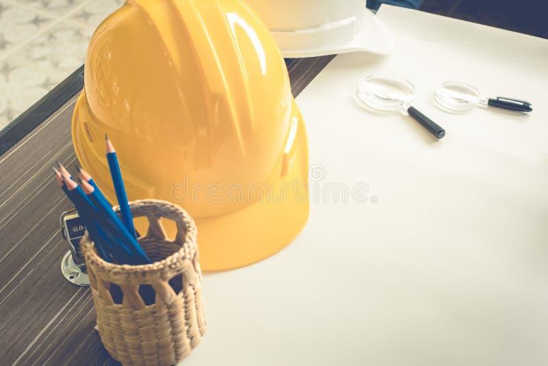 Equipamento do coordenador de constru??o na tabela Conceito do equipamento e do dispositivo Copie o espa?o foto de stock