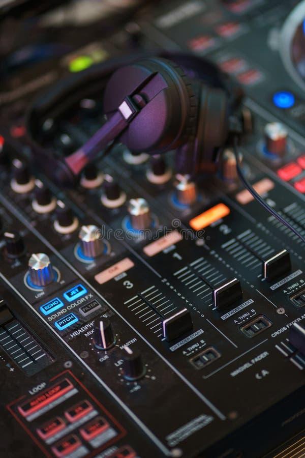 Equipamento do DJ Console do jogador e da mistura com fones de ouvido fotografia de stock