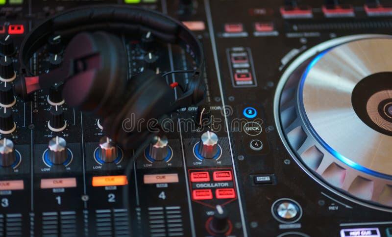 Equipamento do DJ Console do jogador e da mistura com fones de ouvido foto de stock royalty free