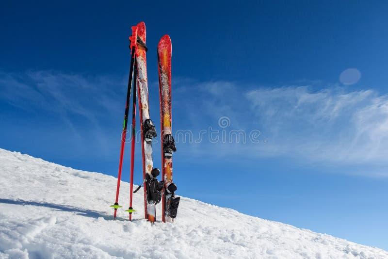 Equipamento do esqui no fundo da montanha foto de stock royalty free