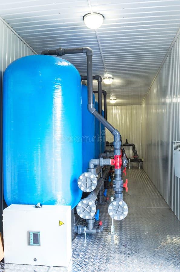 Equipamento do filtro da purificação de água na oficina da planta fotografia de stock royalty free