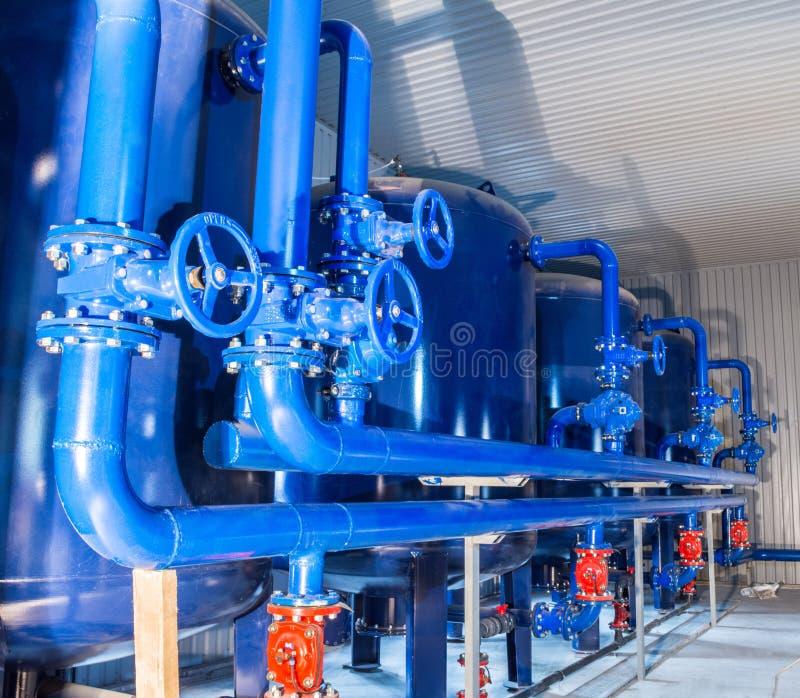 Equipamento do filtro da purificação de água na oficina da planta fotos de stock royalty free