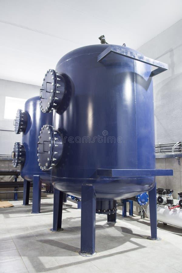 Equipamento do filtro da purificação de água na oficina da planta fotos de stock