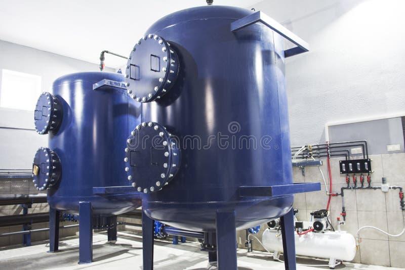 Equipamento do filtro da purificação de água na planta foto de stock