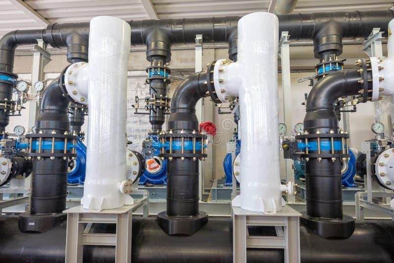 Equipamento do filtro da purificação de água na planta industrial imagens de stock royalty free