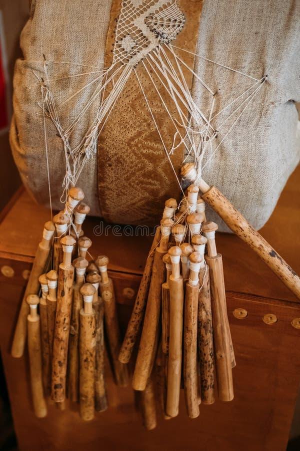 Equipamento do laço de bobina para o ofício feito a mão, laço-fazendo ferramentas de madeira imagens de stock royalty free