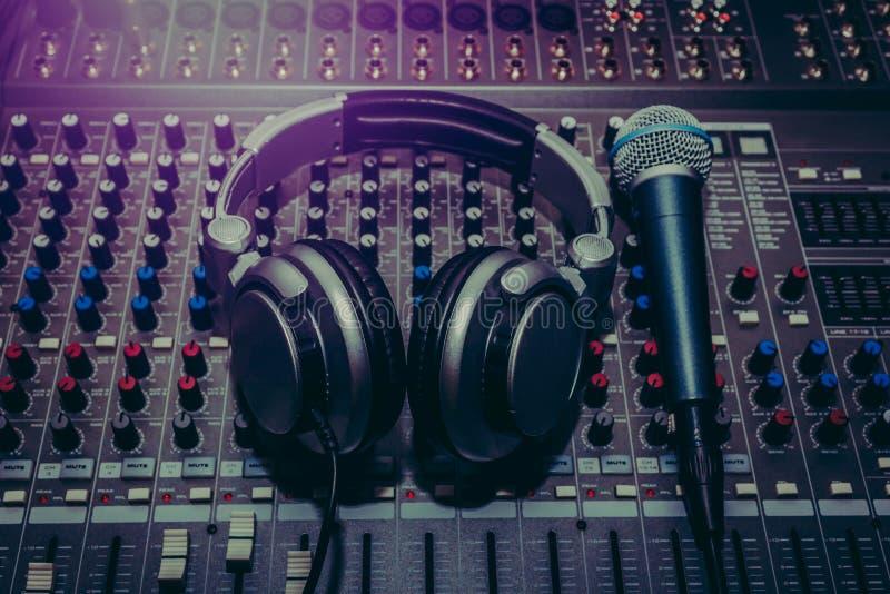 Equipamento do músico da vista superior no estúdio de gravação home foto de stock royalty free