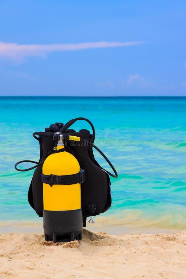 Equipamento do mergulho autónomo em uma praia fotografia de stock