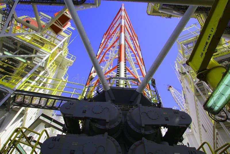 Equipamento do pé, a pouca distância do mar, perfuração, procurando pela energia, petróleo e gás, imagem de stock