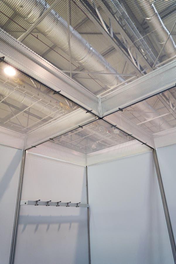 Equipamento do projeto do suporte da exposição no centro de negócio fotos de stock