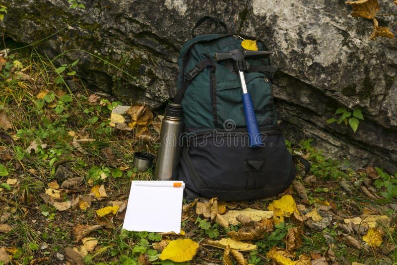 Equipamento do ` s do geólogo do campo foto de stock