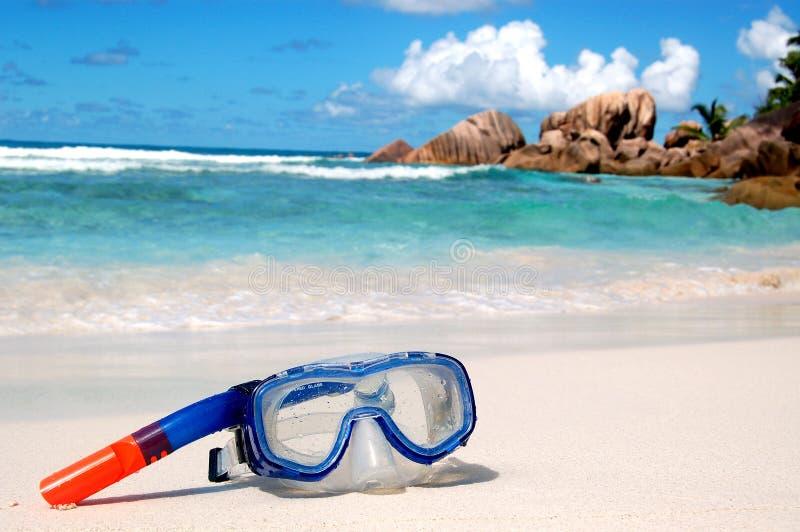 Equipamento do Snorkel na praia fotografia de stock royalty free