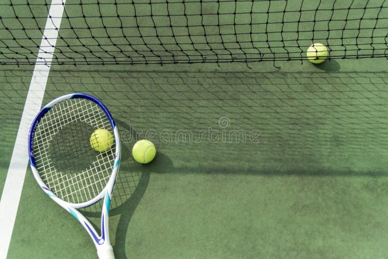 Equipamento do tênis no campo de tênis fotografia de stock