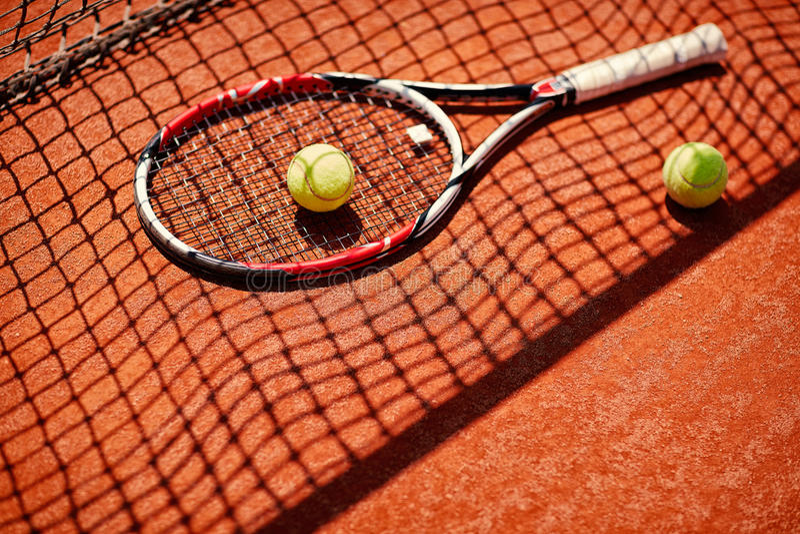 Equipamento do tênis no campo de tênis fotos de stock