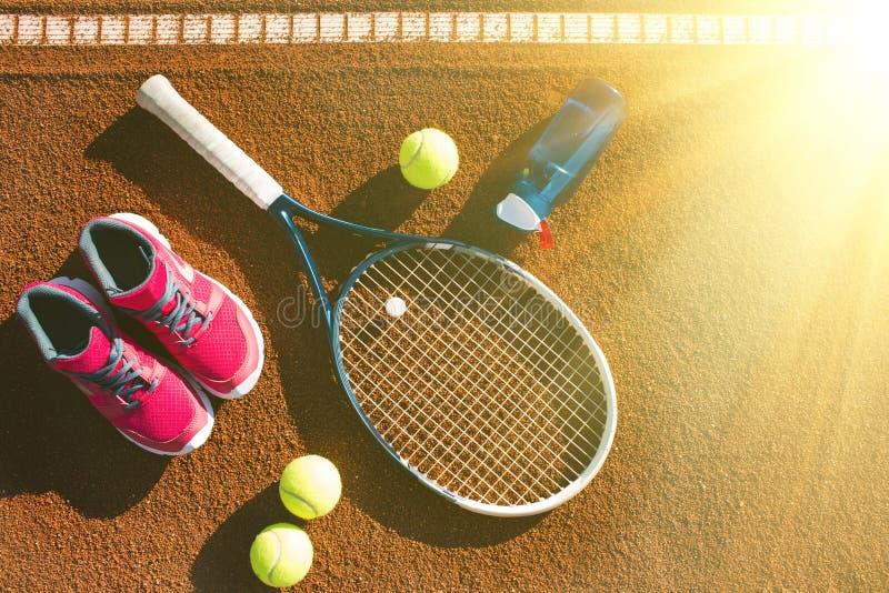 Equipamento do tênis que coloca na corte imagens de stock