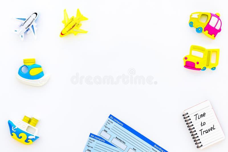 Equipamento do turismo das crianças com bilhetes e o modelo colocado liso do fundo branco dos brinquedos Hora de viajar fotos de stock