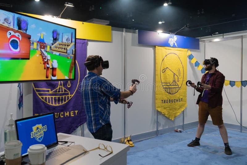 Equipamento do uso dos povos para jogar um jogo da realidade virtual imagem de stock