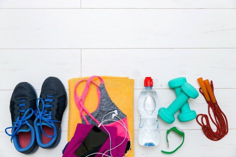 Equipamento e acessórios da aptidão no assoalho de madeira do gym foto de stock royalty free